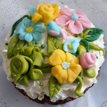 Tarta decorada con flores de fondant